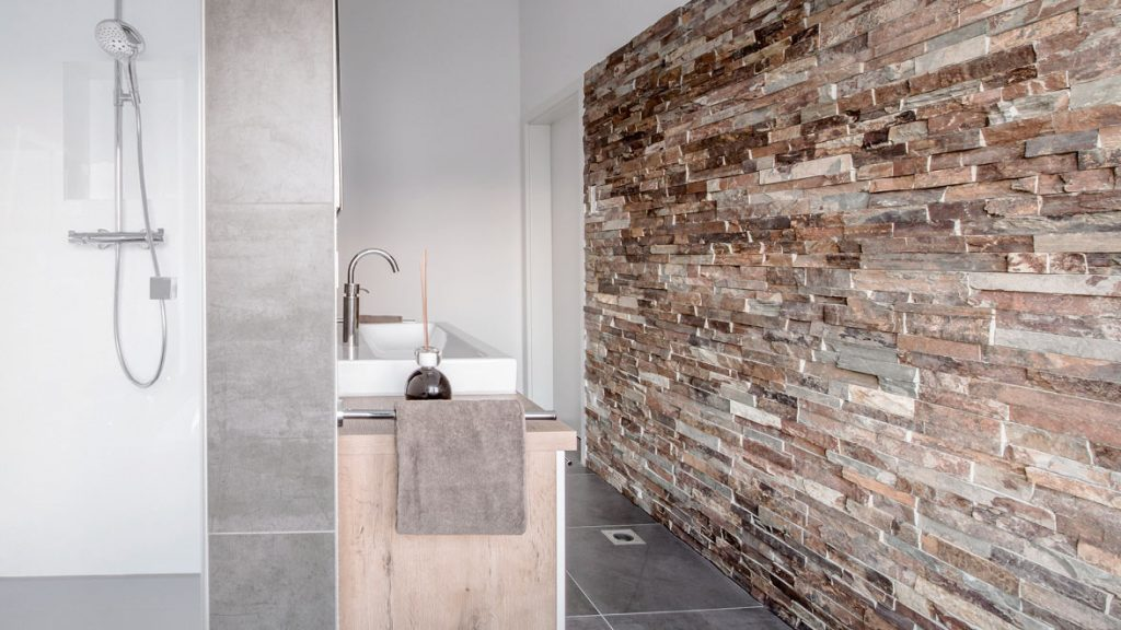 Teilsanierung: neue Oberflächen im Bad einbauen.