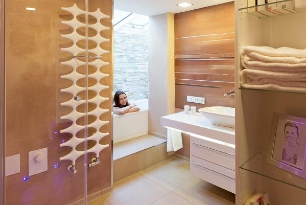 Entspannungsbad im Badezimmer nehmen.
