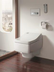 Toilettenpapier dient bei einem Dusch-WC nur noch zum Trockentupfen, falls keine Warmlufttrocknung vorhanden ist. Foto: Toto